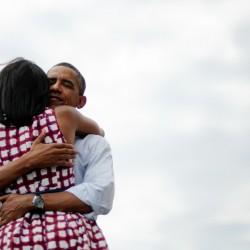 Obama e Michelle hug